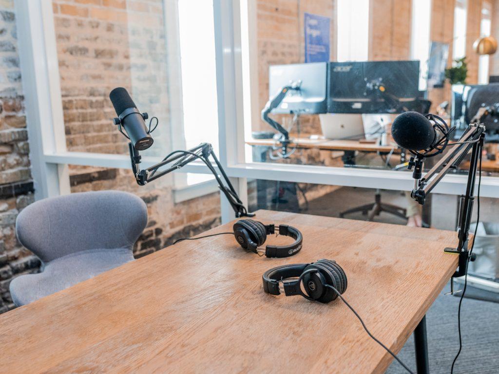 """In seinem Smart Sales Transformation Podcast spricht Dennis Arntjen mit Meike Leopold. Arntjen stellt sie als """"Innovativen Digital Immigrant"""" mit journalistischem Background vor. Im Gespräch erzählt sie vom Einsatz von Blogs für die Leadgenerierung, die Messbarkeit von Maßnahmen sowie die generelle Herangehensweise für einen erfolgreichen Corporate Blog."""