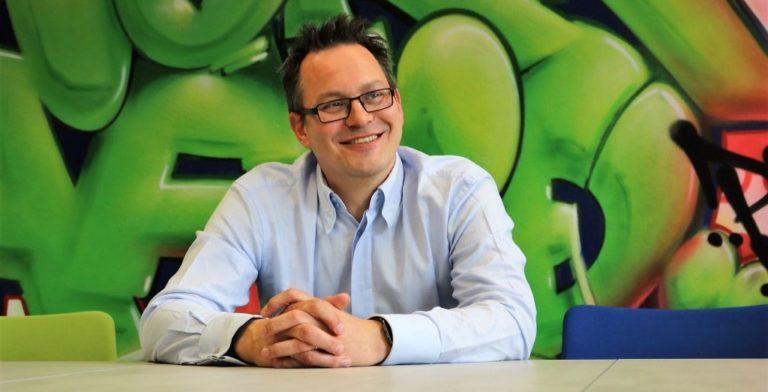 """Lars-Thorsten Sudmann ist Geschäftsführer der bloola GmbH & Co. KG. """"Bloola"""" ist auch der Name der Allround-Software, die innerhalb von Unternehmen die """"organisierte Zusammenarbeit"""" von allen Beschäftigten ermöglicht."""