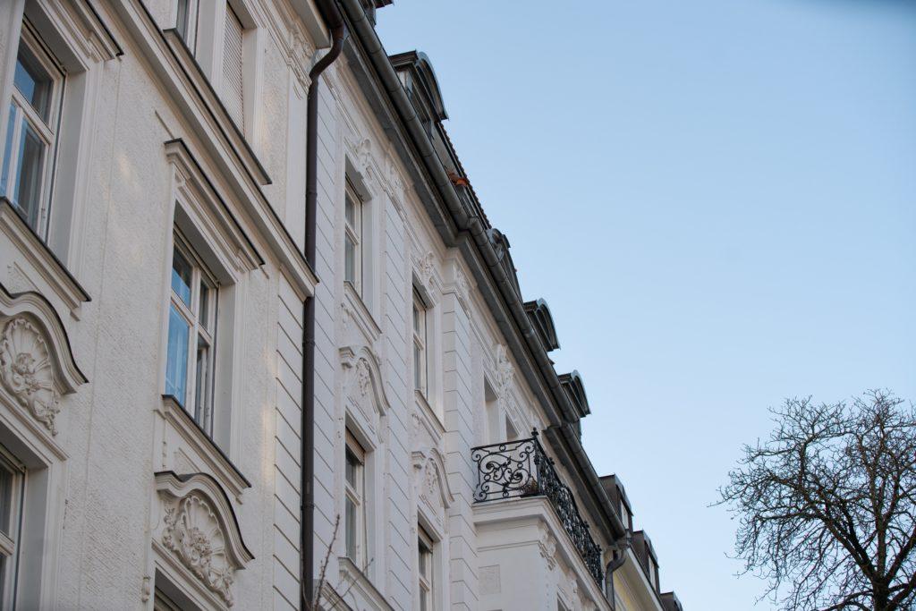 """Deutschlands Wohnungsmarkt ist aus den Fugen geraten. Wie es dazu kam, was man dagegen tut und wie andere damit umgehen, beantwortet ein Forscher der Max-Planck Gesellschaft, der dazu das Buch """"Moralischen Ökonomie des Wohnens"""" veröffentlicht hat."""