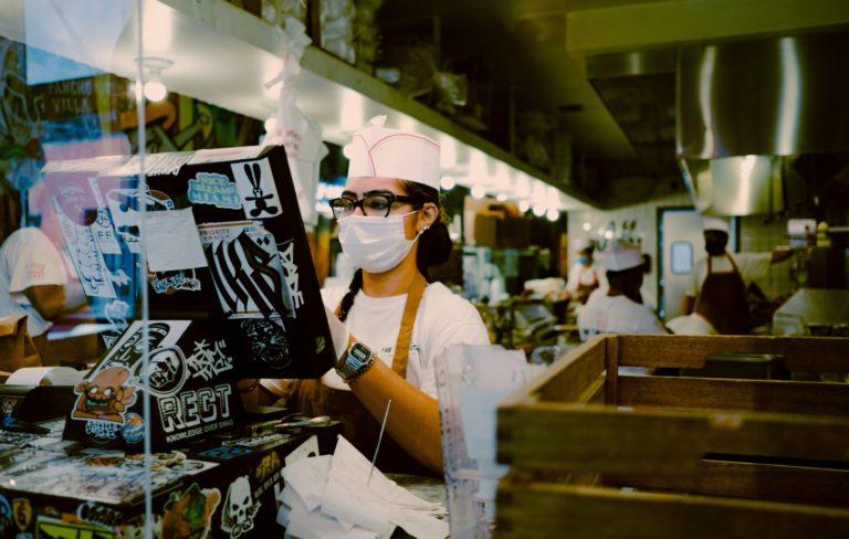 Niedrigqualifizierte Frauen* arbeiten öfter im Dienstleistungsgewerbe