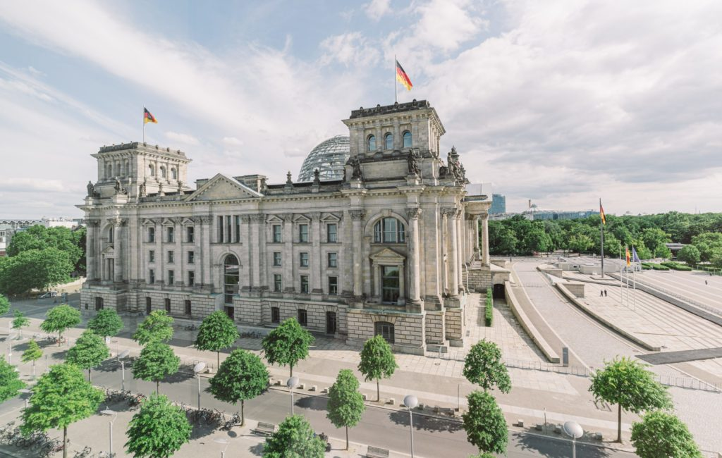 Wer wird die neue Bundeskanzlerin oder der neue Bundeskanzler? Bei der diesjährigen Bundestagswahl geht es um mehr: etwa um wirtschaftspolitische Richtungsentscheidungen. Aus Sicht des Mittelstandes geht es besonders darum, die Wettbewerbsfähigkeit langfristig zu stärken. Welche Forderungen stellt der Mittelstand dafür an die kommende Regierung?