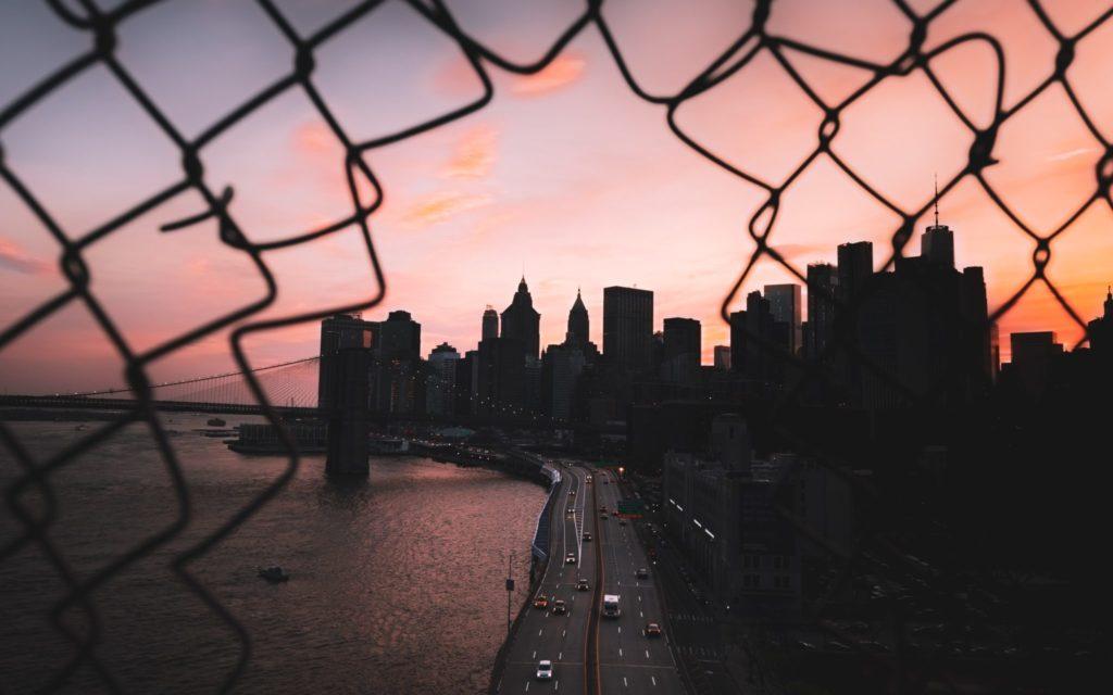 Unternehmen sind heutzutage mit zahlreichen Risiken konfrontiert. Nicht zuletzt die Pandemie hat gezeigt, wie Krisen Firmen existenziell bedrohen können. Mit dem Tool FReE des Fraunhofer-Instituts für Kurzzeitdynamik, Ernst-Mach-Institut, EMI, erhalten Unternehmen ein Werkzeug, mit dem sie ihre Resilienz berechnen können.